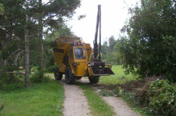 Træfældning Gørlev, Sjælland, gul traktor i skoven