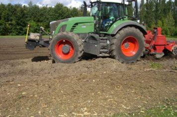 Træfældning Gørlev, Sjælland, grøn traktor i marken